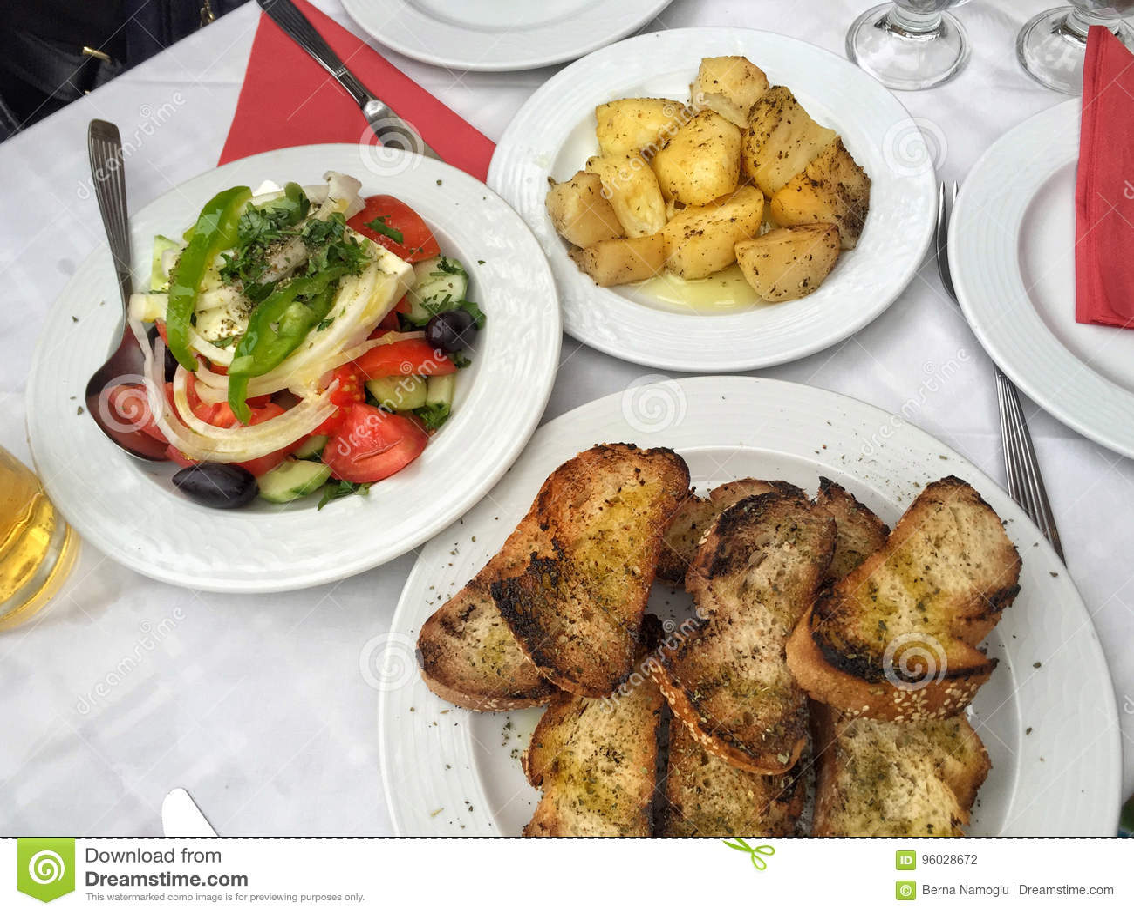 Grecka sałatka i zakąski na stole