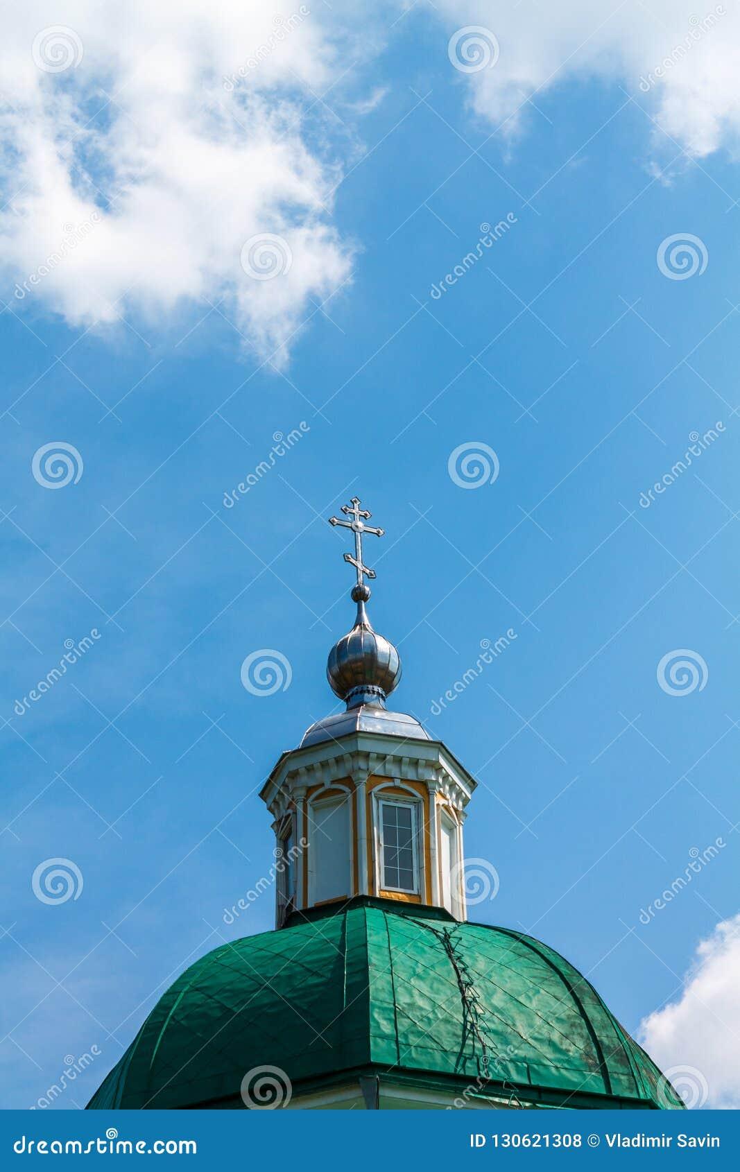 Green Dome d un temple chrétien avec une croix contre le s bleu