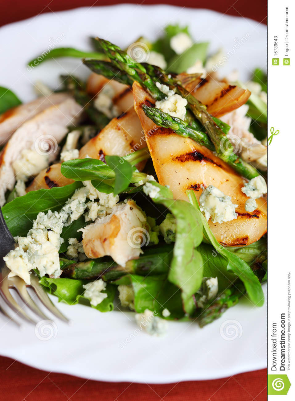 Green salad with pears and grilled