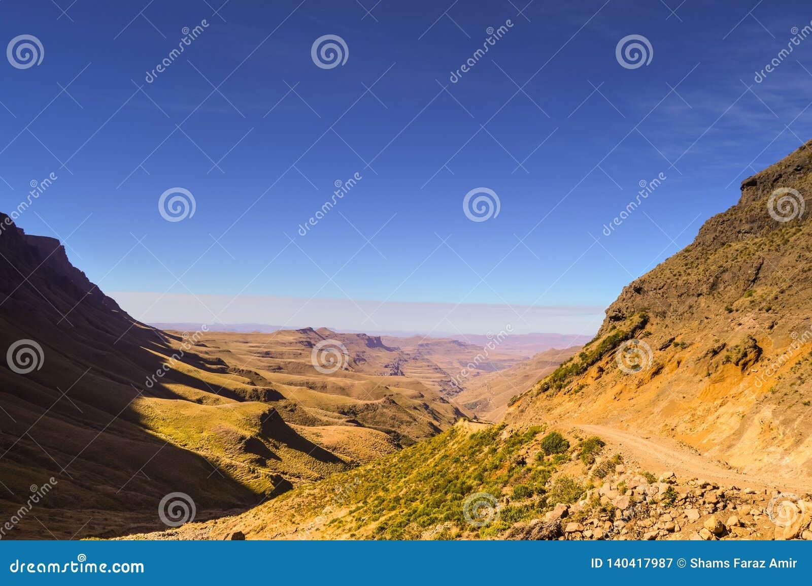 Greenery w Sani przechodzi pod niebieskim niebem blisko królestwa Lesotho Sou