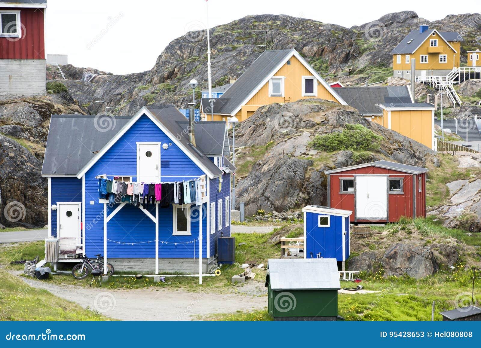 Greenlandic σπίτια μεταξύ των βράχων, Sisimiut