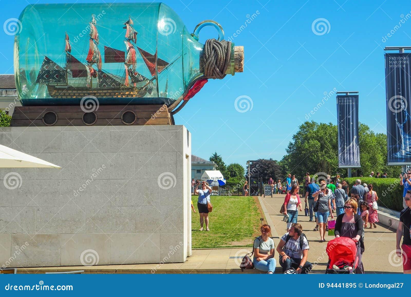 GREENWICH, LONDRES, LE 27 AOÛT 2016 : Bateau du ` s du Nelson de ` dans un ` de bouteille par Yinka Shonibare au musée maritime n