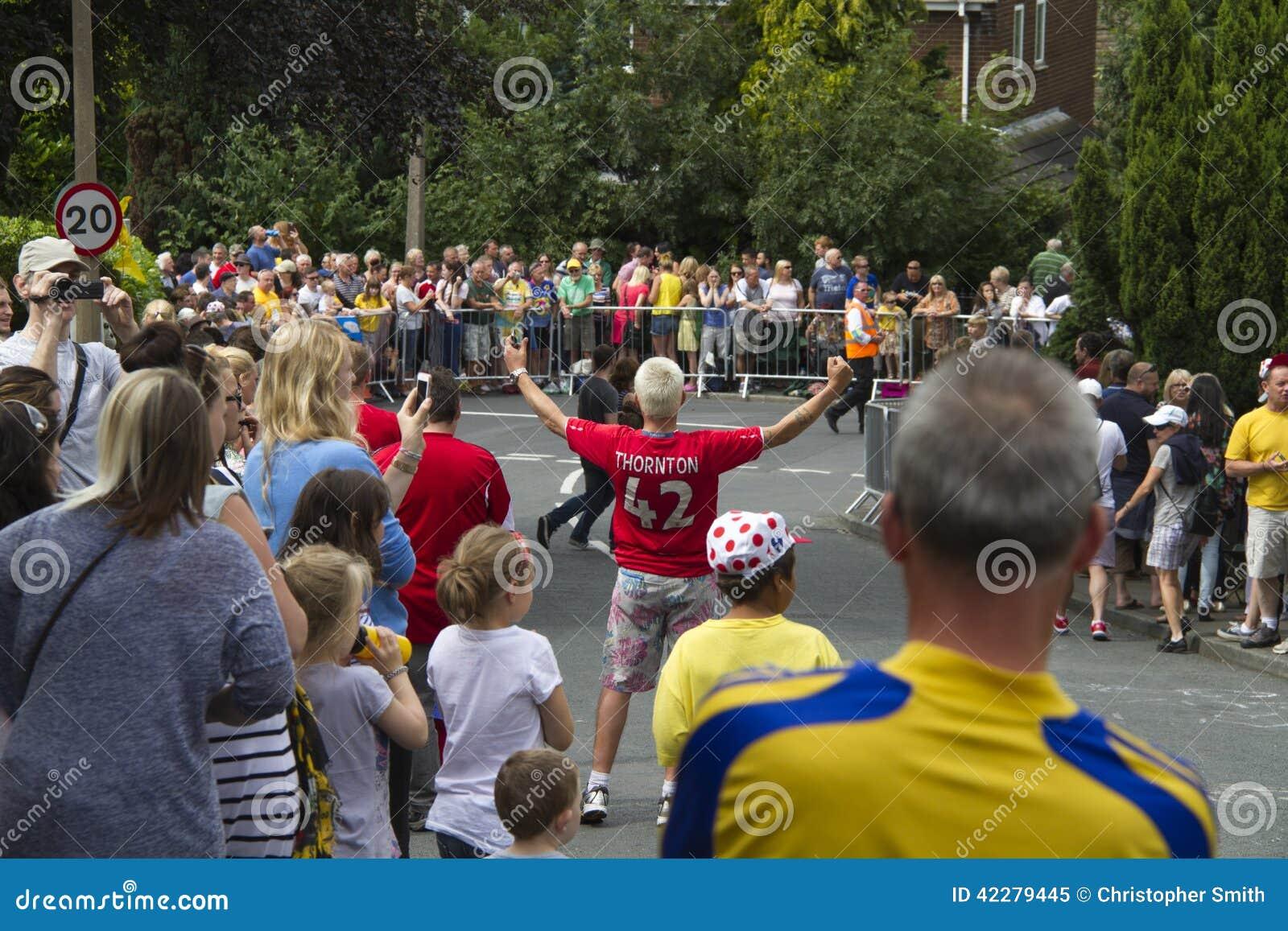 Greetland, England, am 6. Juli: Menge von den Leuten, die für die CY wainting sind