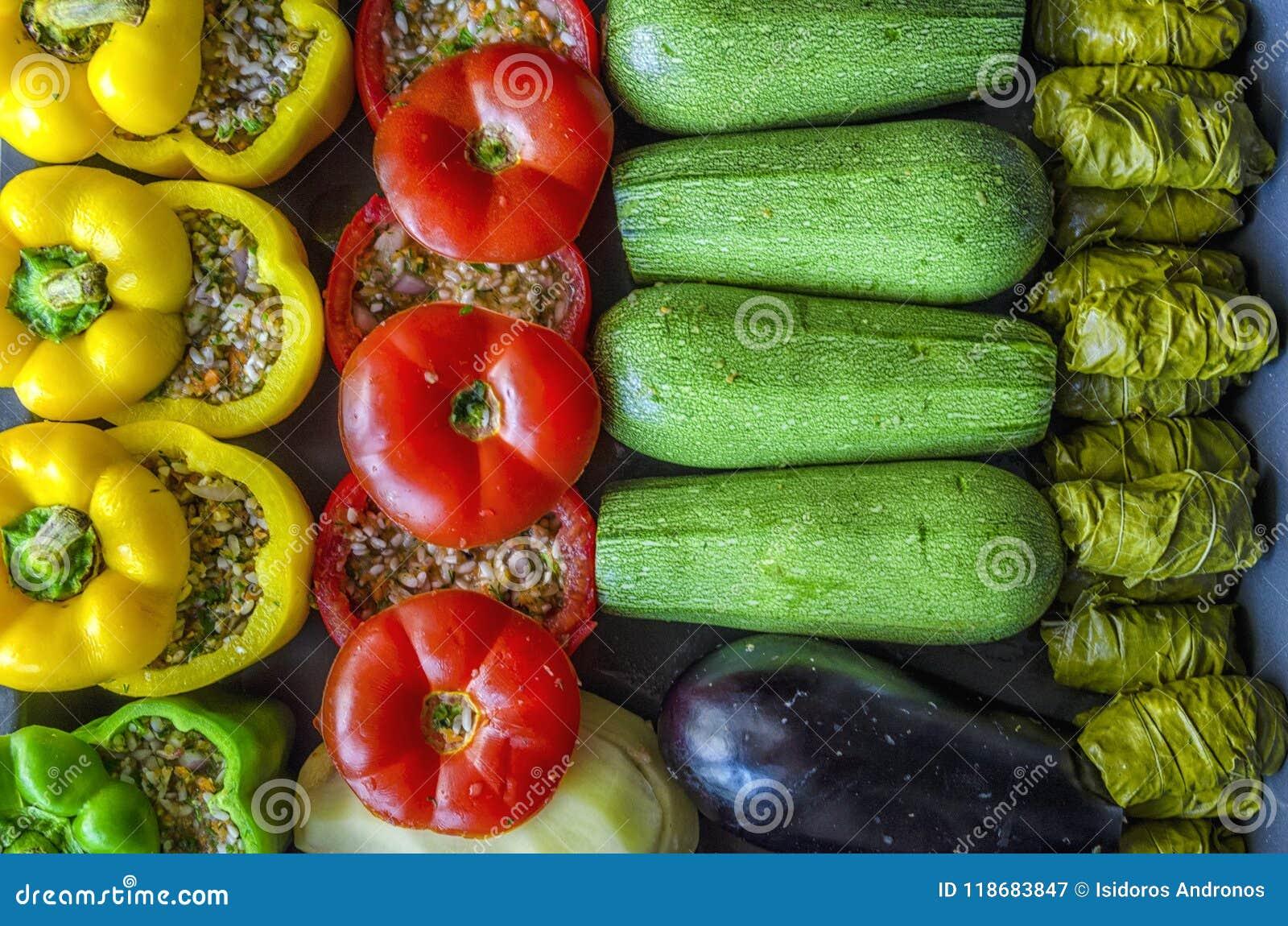 Grekisk traditionell mat Gemista Sidor för välfyllda peppar, tomat-, zucchini-, aubergine-, potatis- och vinrankamed med ris, grö