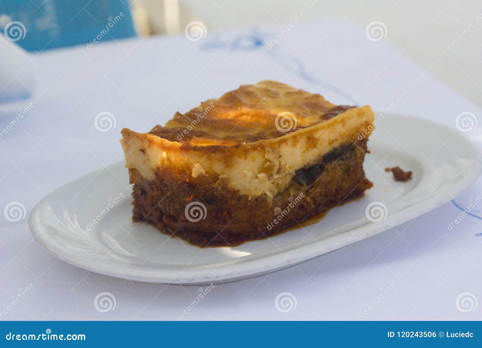 Grekisk traditionell moussaka på en vit platta