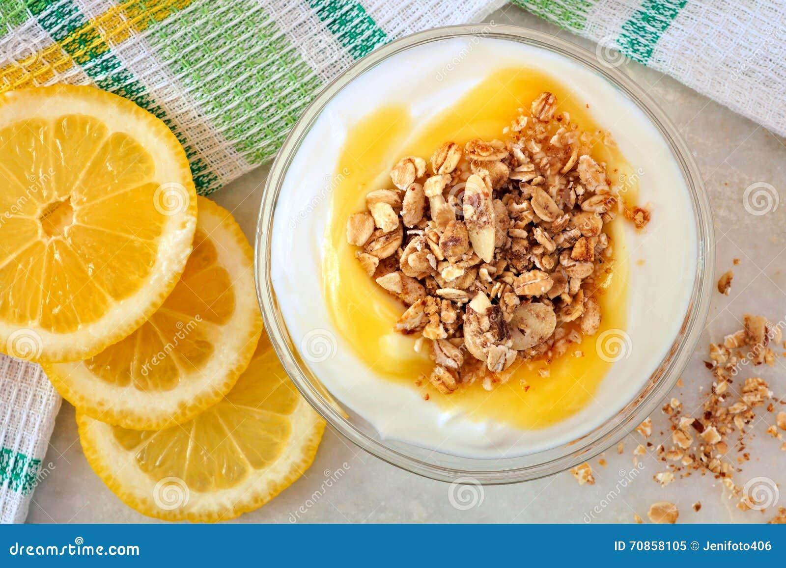 Grekisk yoghurt för citron med granola, över huvudet sikt på marmor