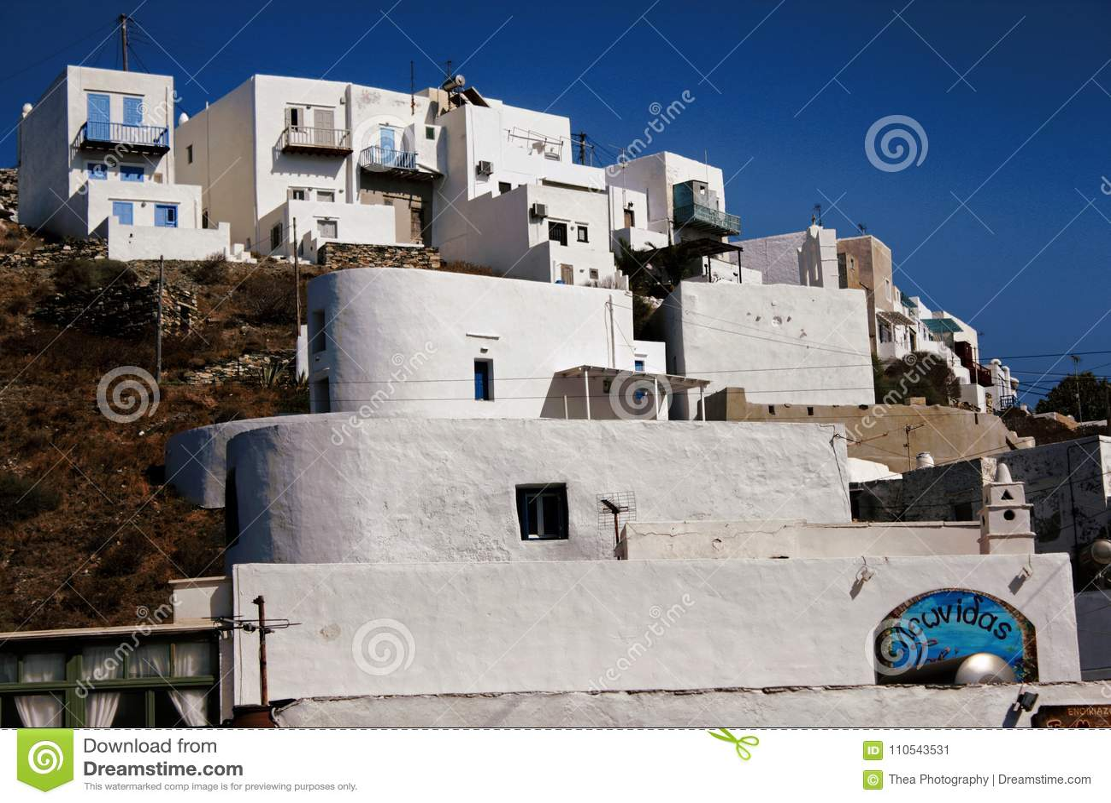 Grekland Sifnos ö, sikt av traditionella kubikhus som byggs på en klippa i den Kastro byn