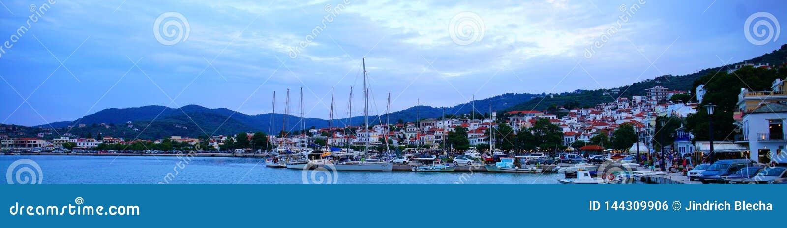 Grekland stad Scopelos på soluppgång