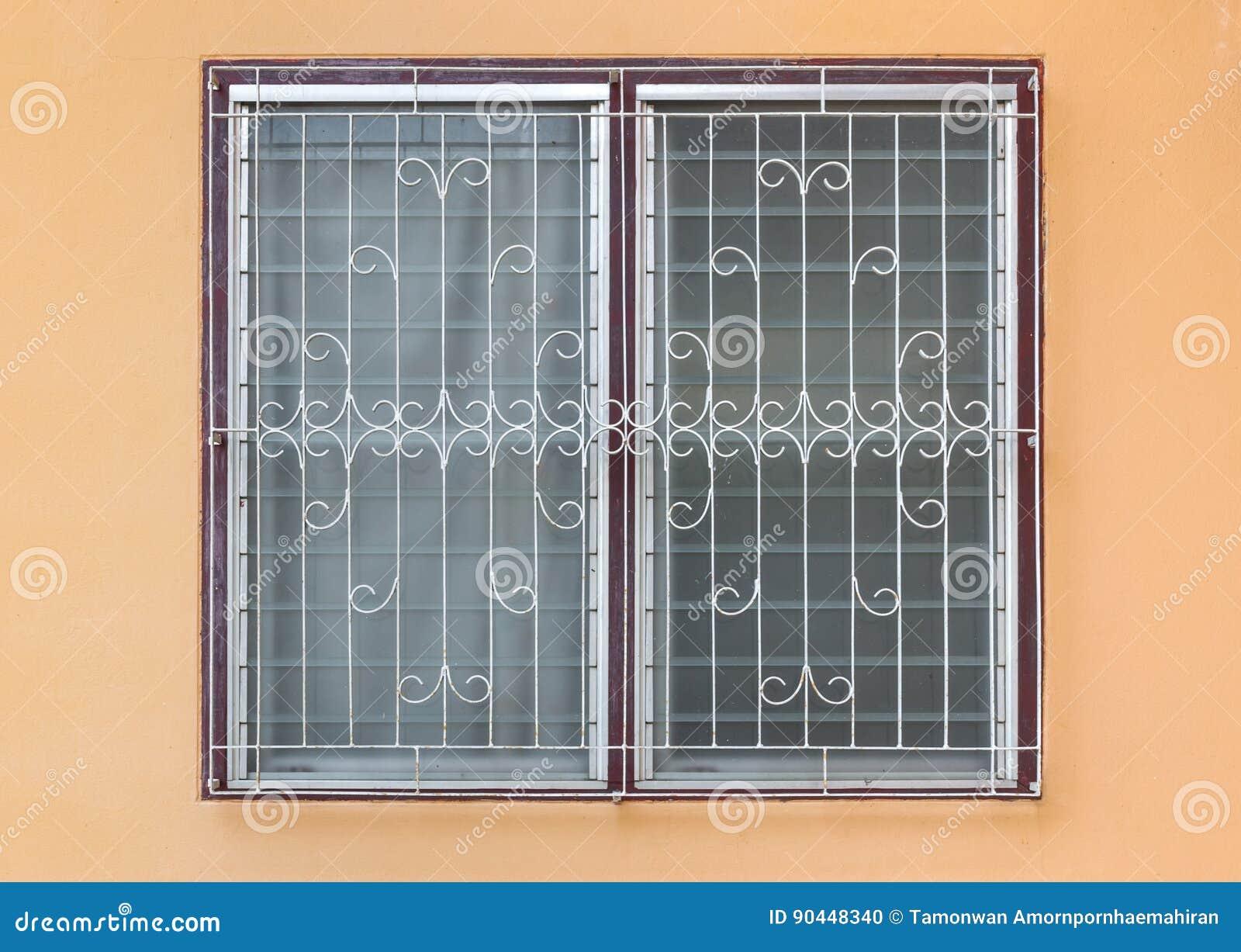 Grelha Windows do vidro geado com aço curvado no muro de cimento alaranjado