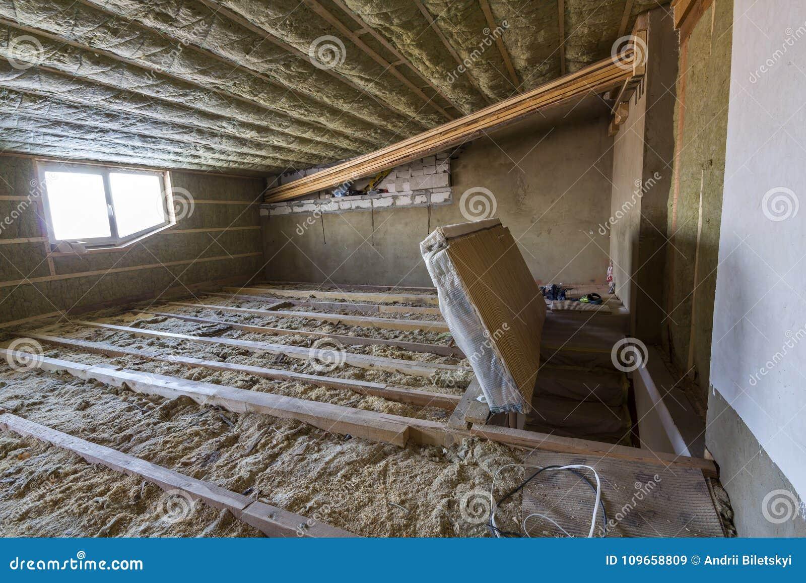 Bois Pour Mur Chambre grenier de chambre en construction murs de mansarde et