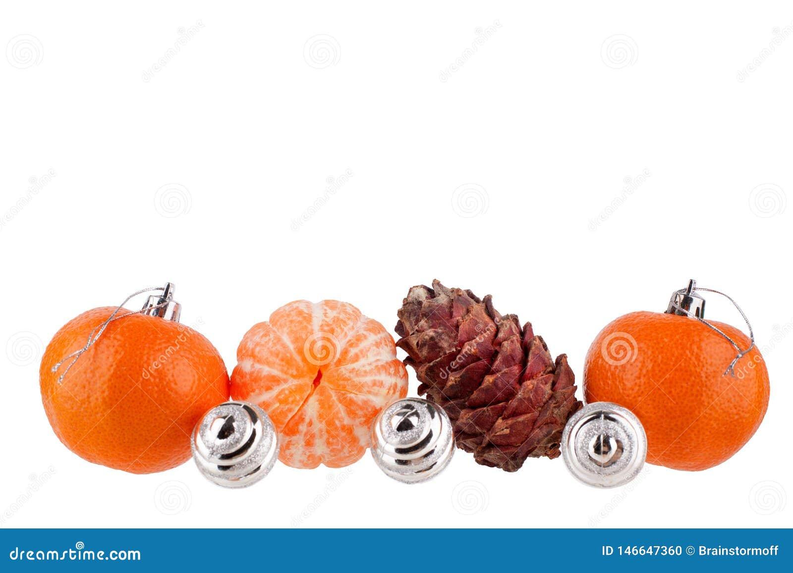 Grenze des neuen Jahres und des Weihnachten, Weihnachtsb?lle, Tangerinen, Kiefernkegel, Verzierung oder Muster f?r Gru?karte, Fah