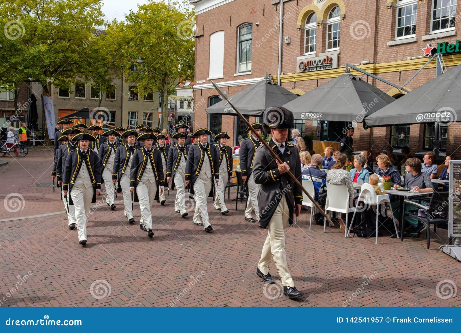 Grey Coats Fife en het trommelkorps marcheren door de straten van Delft