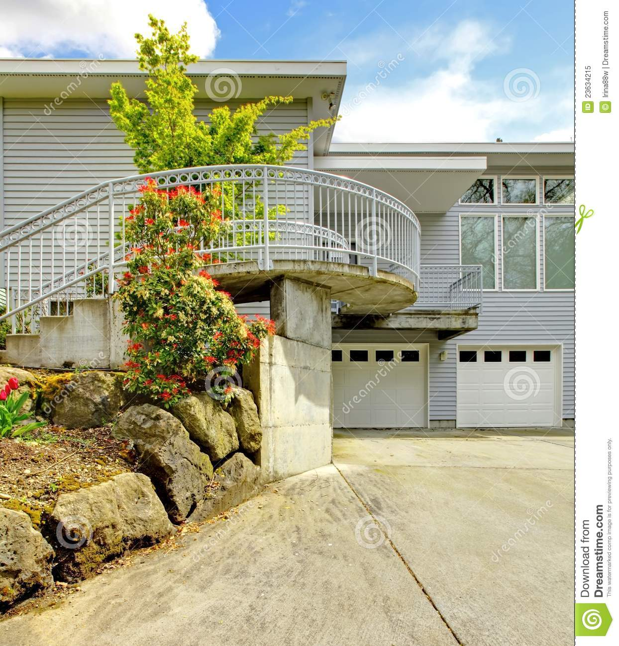 Modern Gray Exterior With Steel Beams: Grey Large Modern House Exterior Stock Image