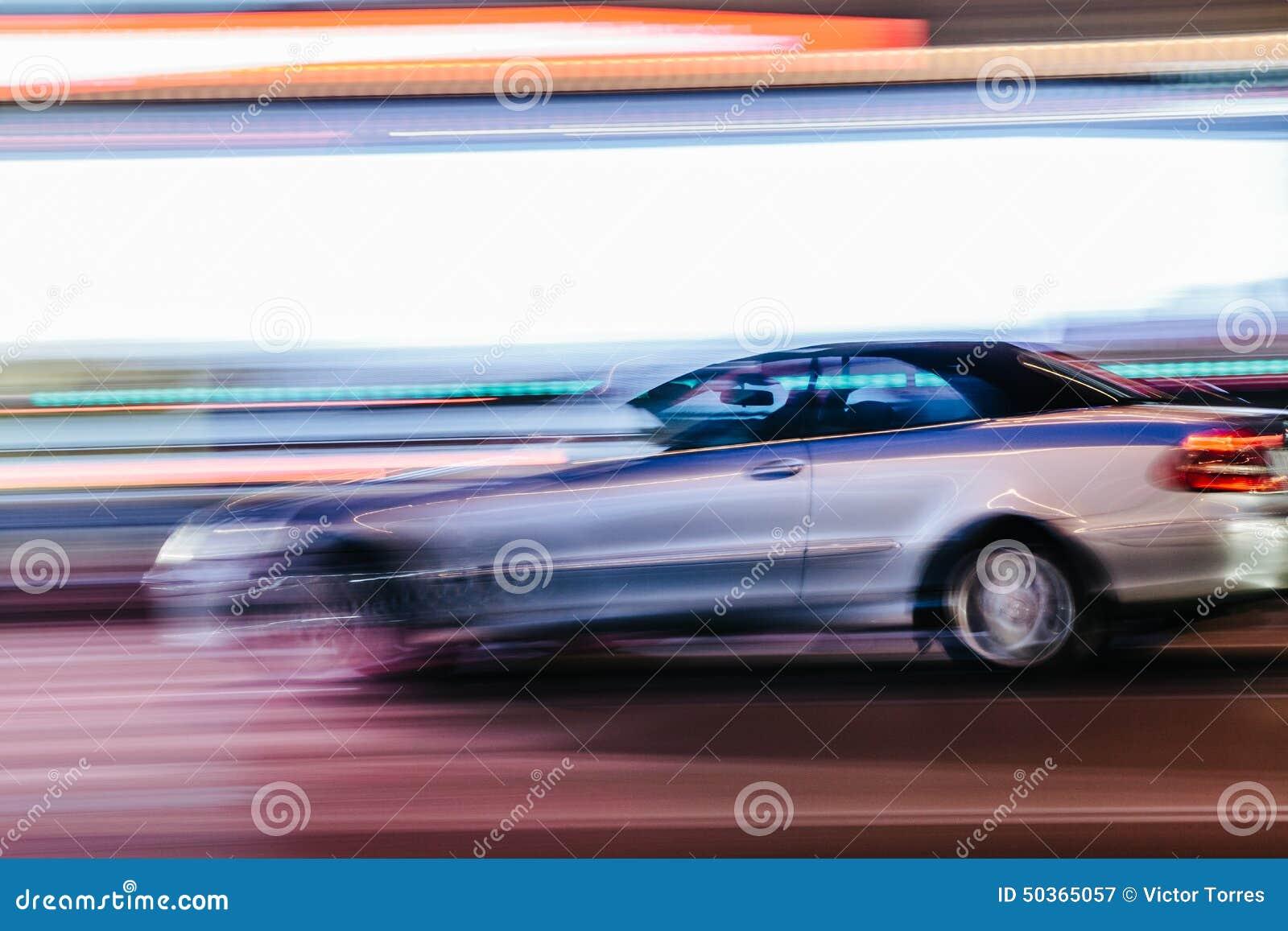 Grey Luxury Car in una scena vaga della città