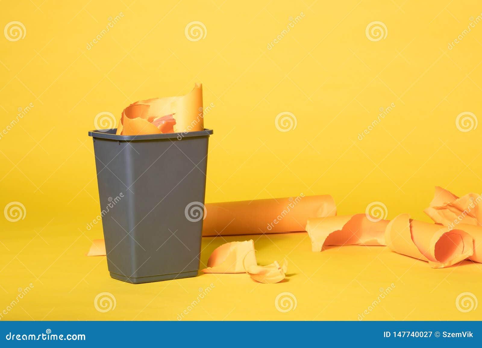 Grey Trash Bin på vibrerande gul sömlös bakgrund