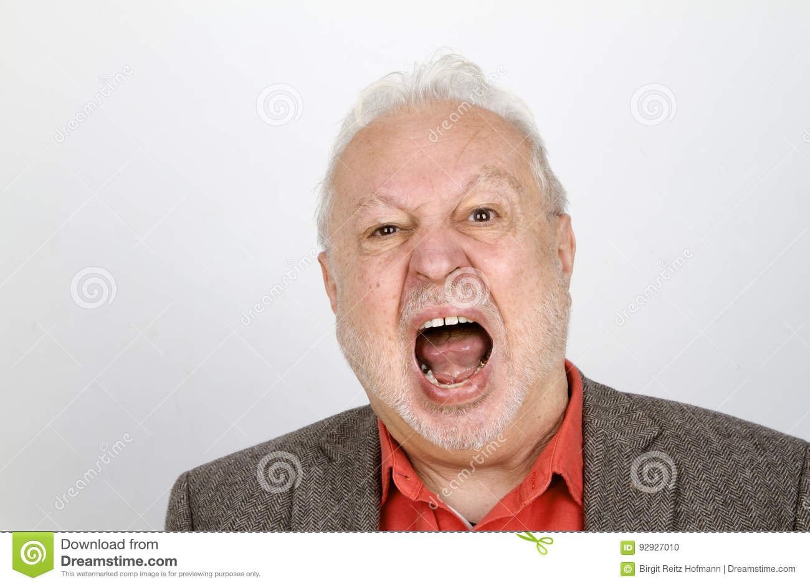 Gridare anziano della persona aggressivo