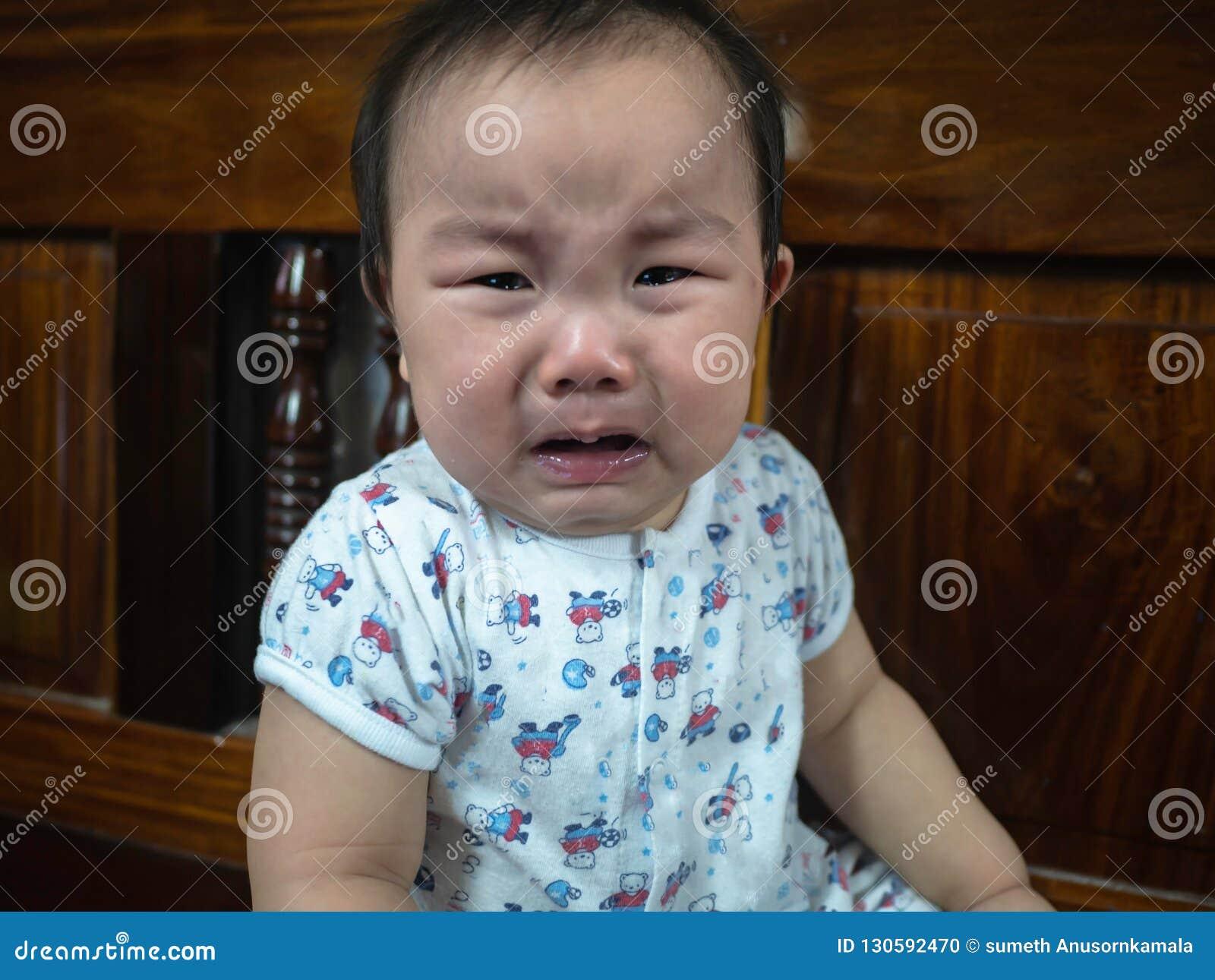 Gridare asiatico dell infante di Cutie