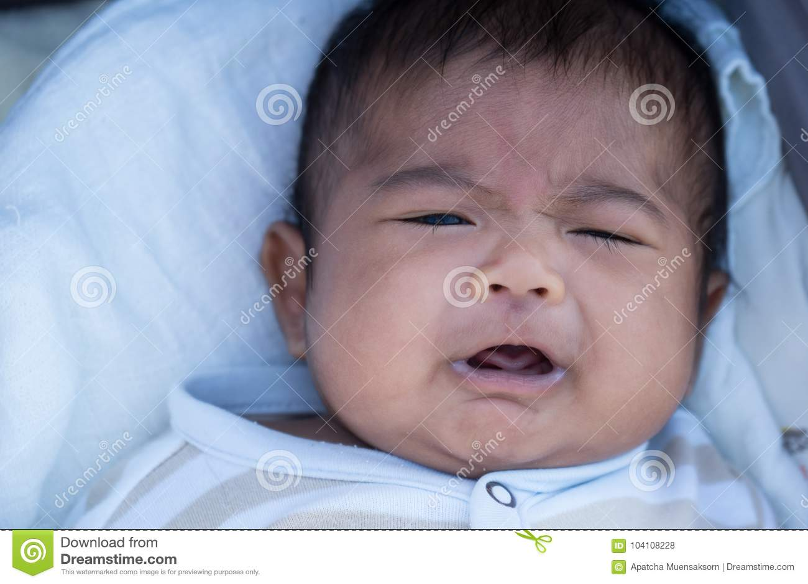 Gridare asiatico sveglio del bambino