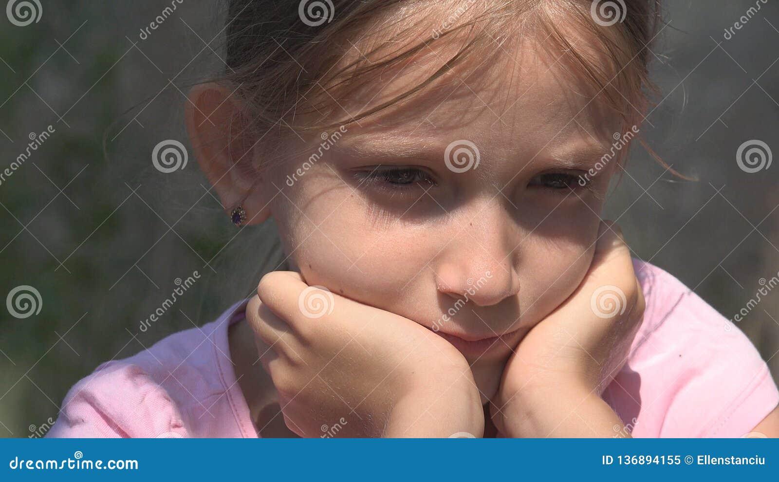 Gridare bambino infelice con le memorie tristi, bambino senza tetto smarrito in Camera abbandonata