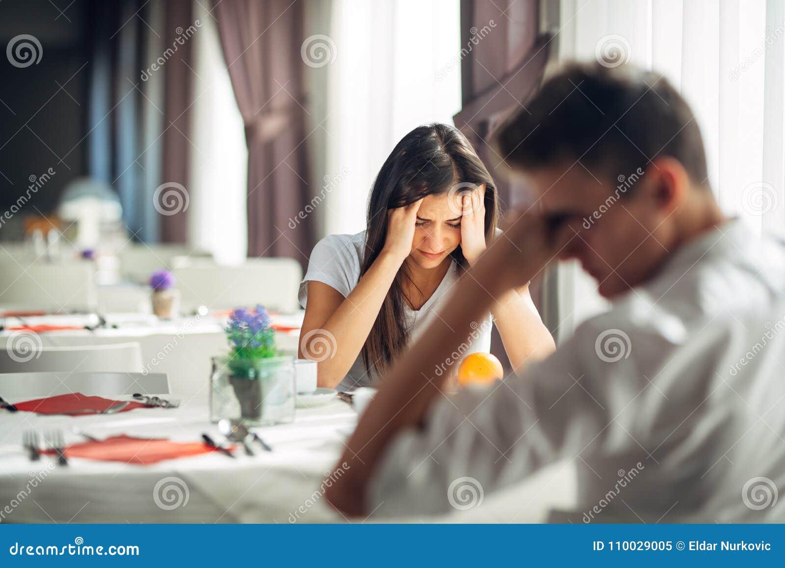 Gridare disperato della donna Problemi emozionali Edizioni di relazione Rompendosi su, divorzio, avendo conversazione dolorosa co