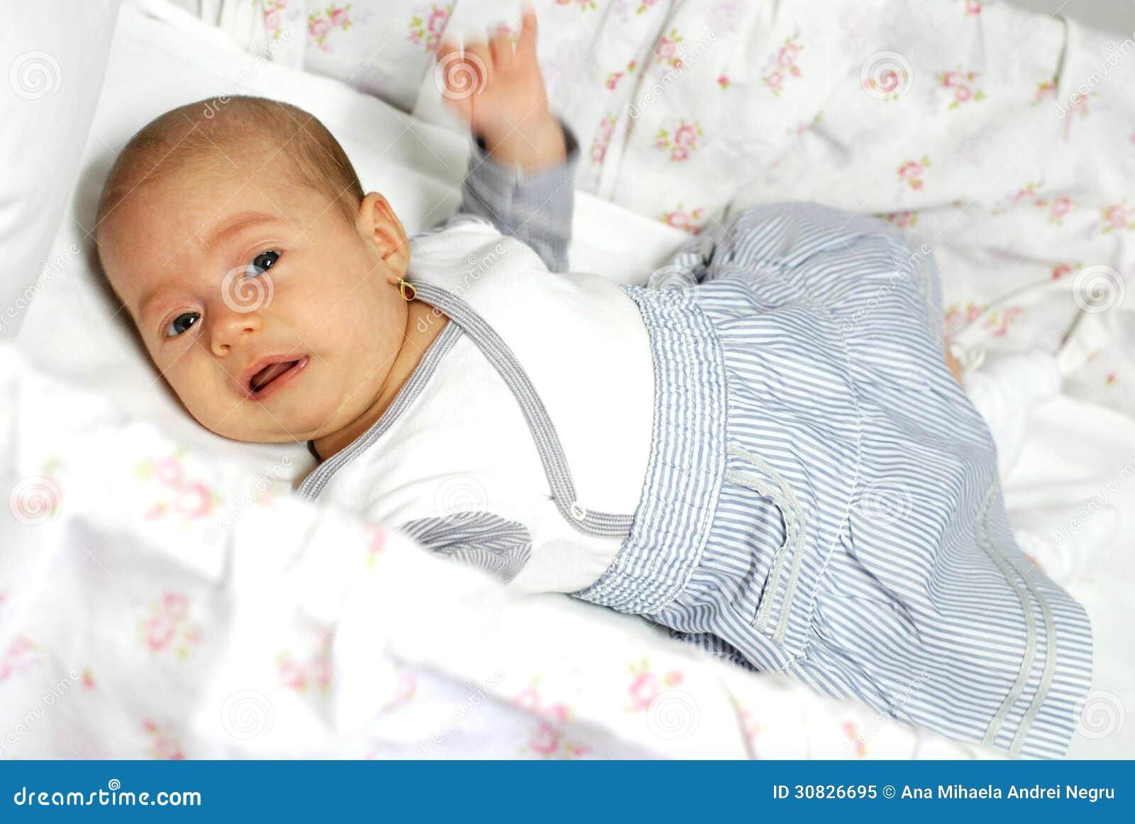 Gridare neonata in sua greppia