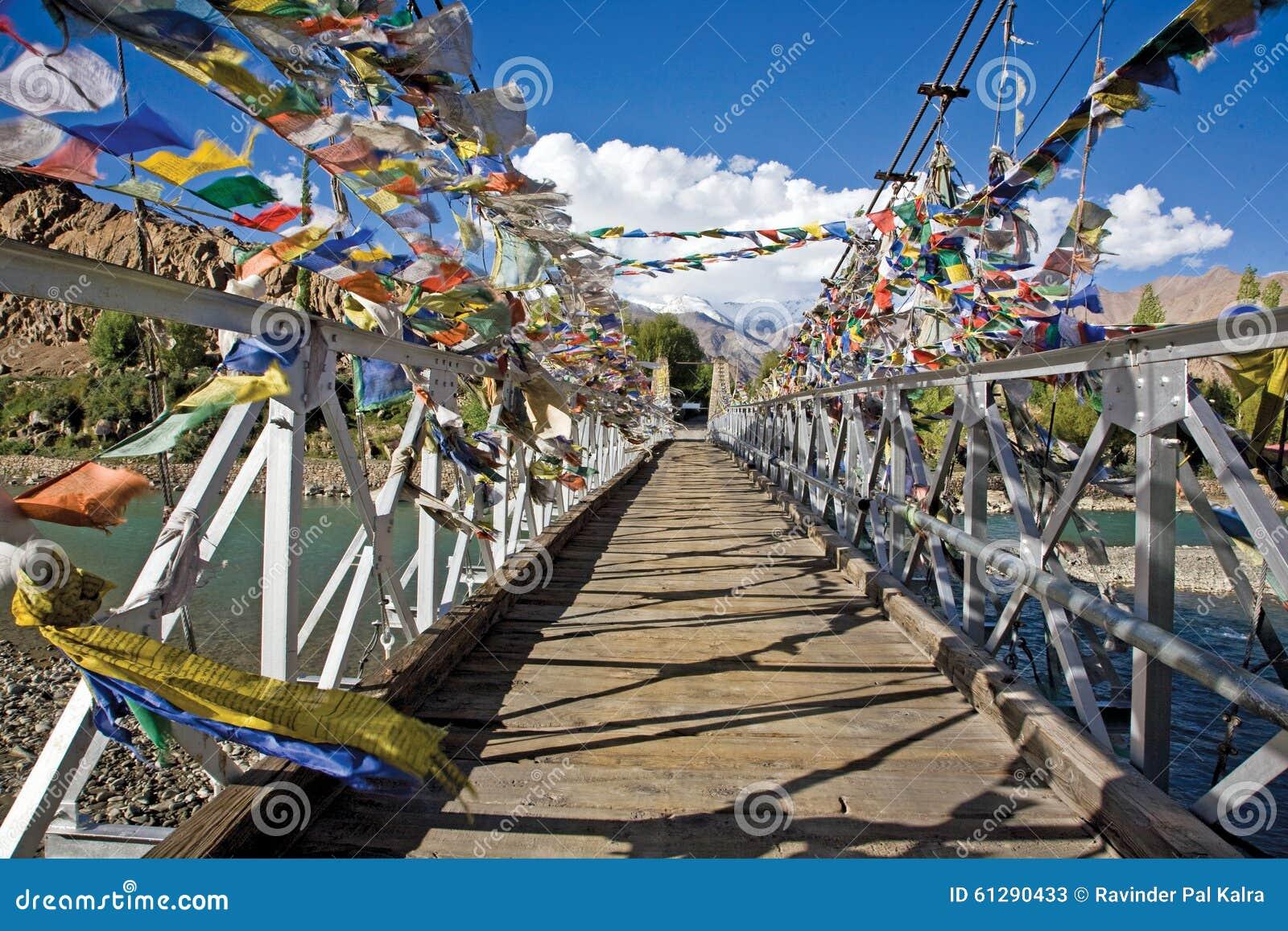 Gridge Indis rzeka z Buddyjskimi Modlitewnymi flaga, Jammu i Kaszmir, Ladakh
