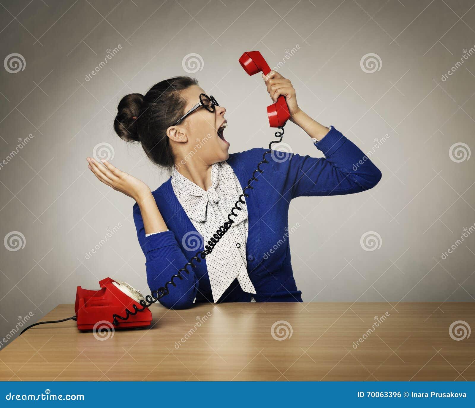 Grido aggressivo di telefonata della donna, grido arrabbiato sollecitato