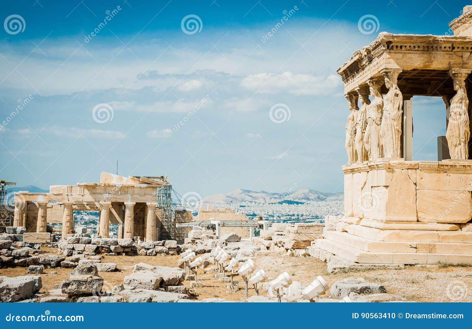Griechenland, Athen im August 2016 die Akropolis von Athen, alte Zitadelle extrem gelegen auf einem Felsgelände über der Stadt vo
