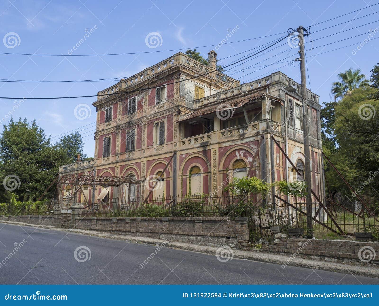 Griechenland, Korfu, Kerkyra-Stadt, am 26. September 2018: Altes klassisches griechisches verlassenes Verminderungslandhaus in de