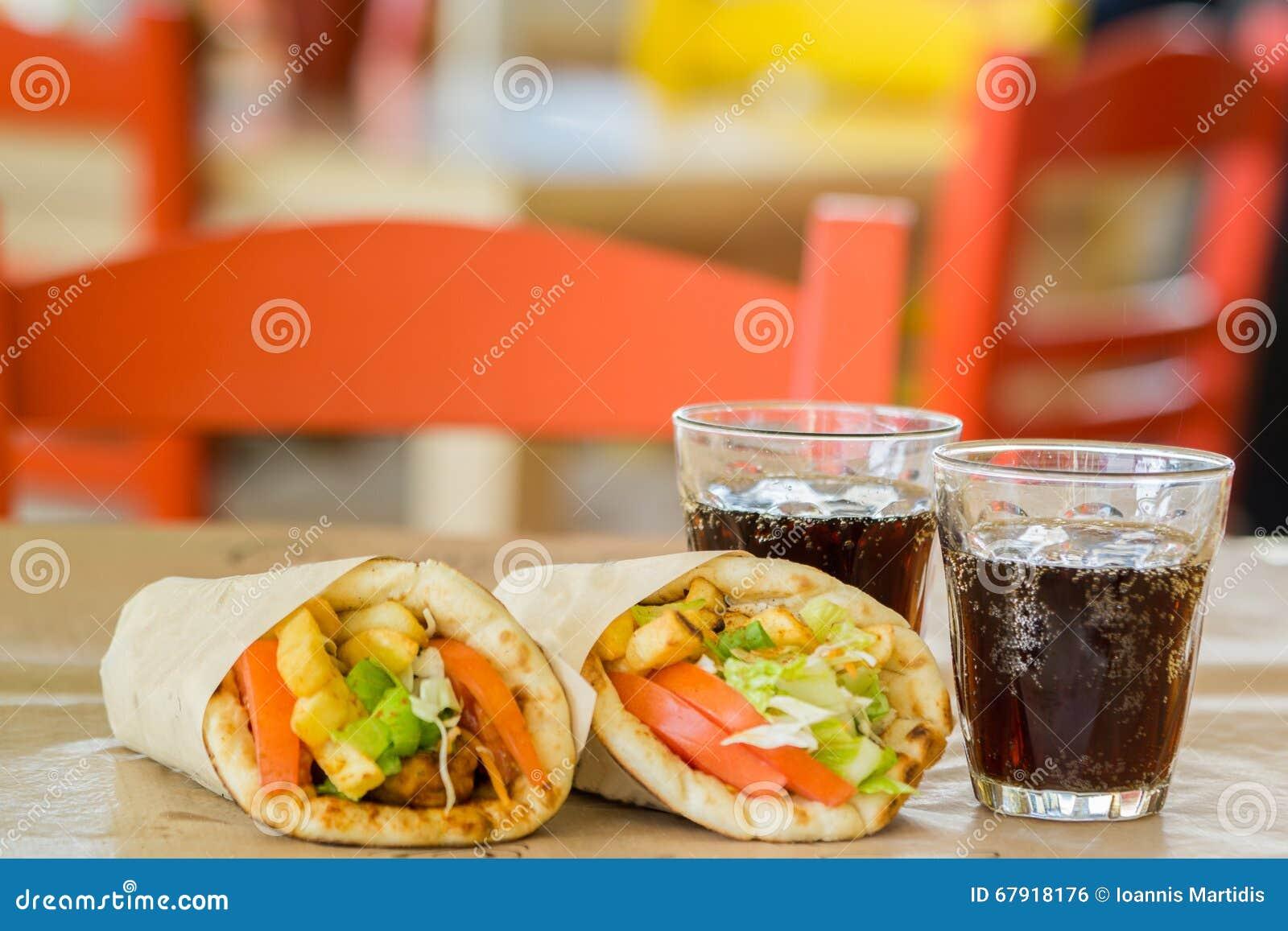 Griechische Küche, Souvlaki, Kreiselkompasspittabrot Und Ein Glas ...
