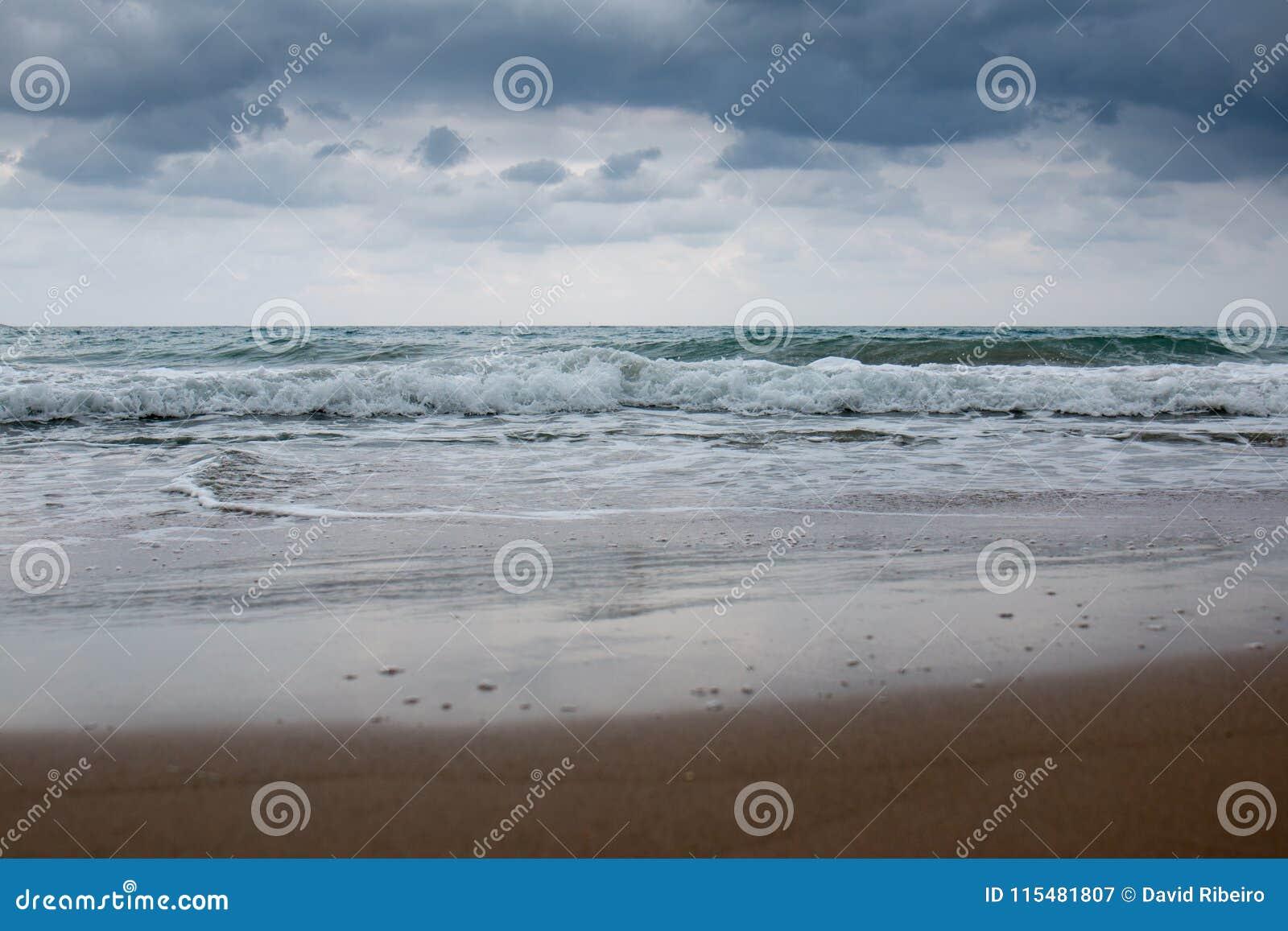 Grieks strand met turkoois water in een bewolkte dag