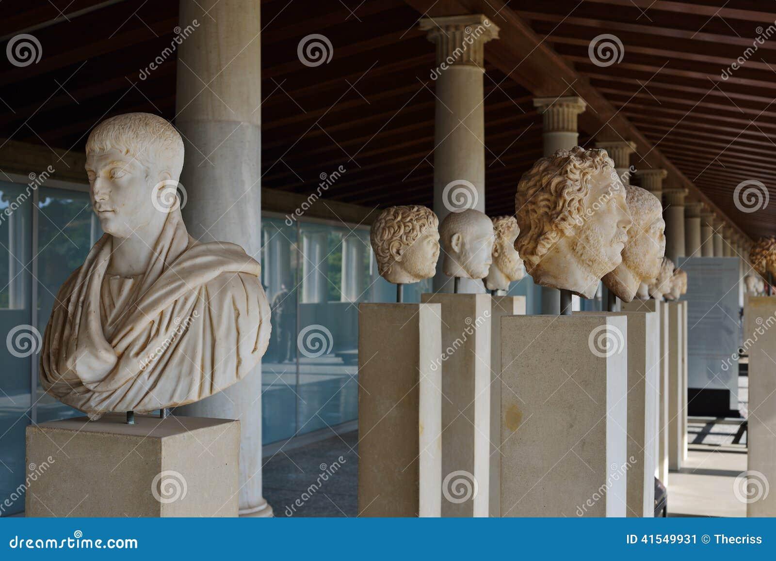 Griekse standbeelden in museum van Akropolis in Athene, Griekenland