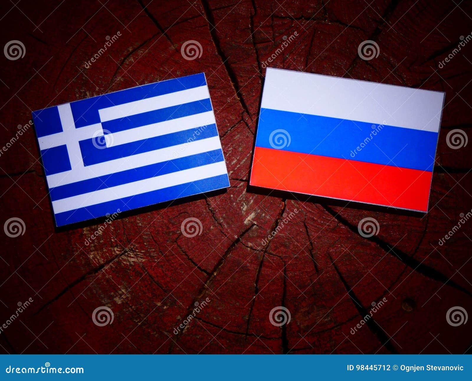 Griekse vlag met Russische vlag op een boomstomp