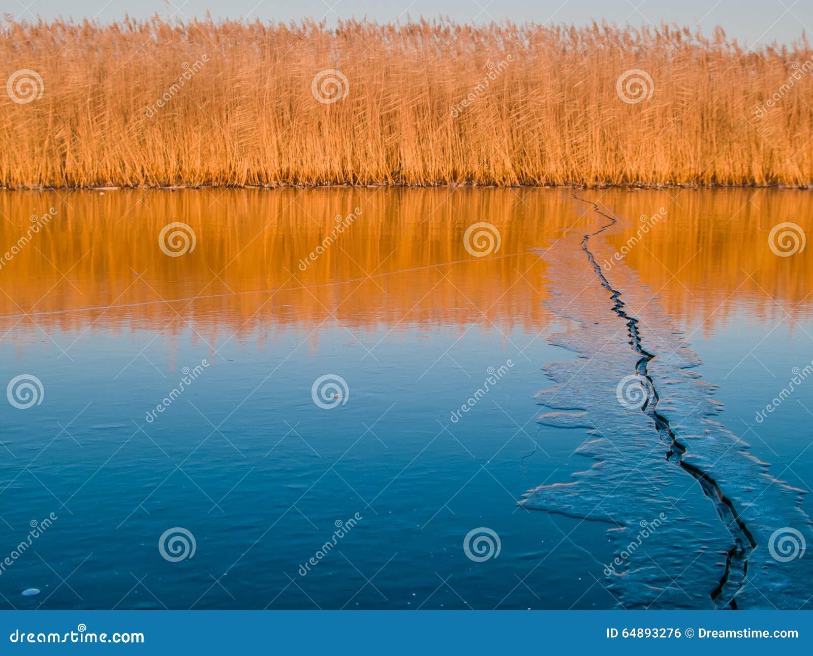 Grieta del hielo en un lago