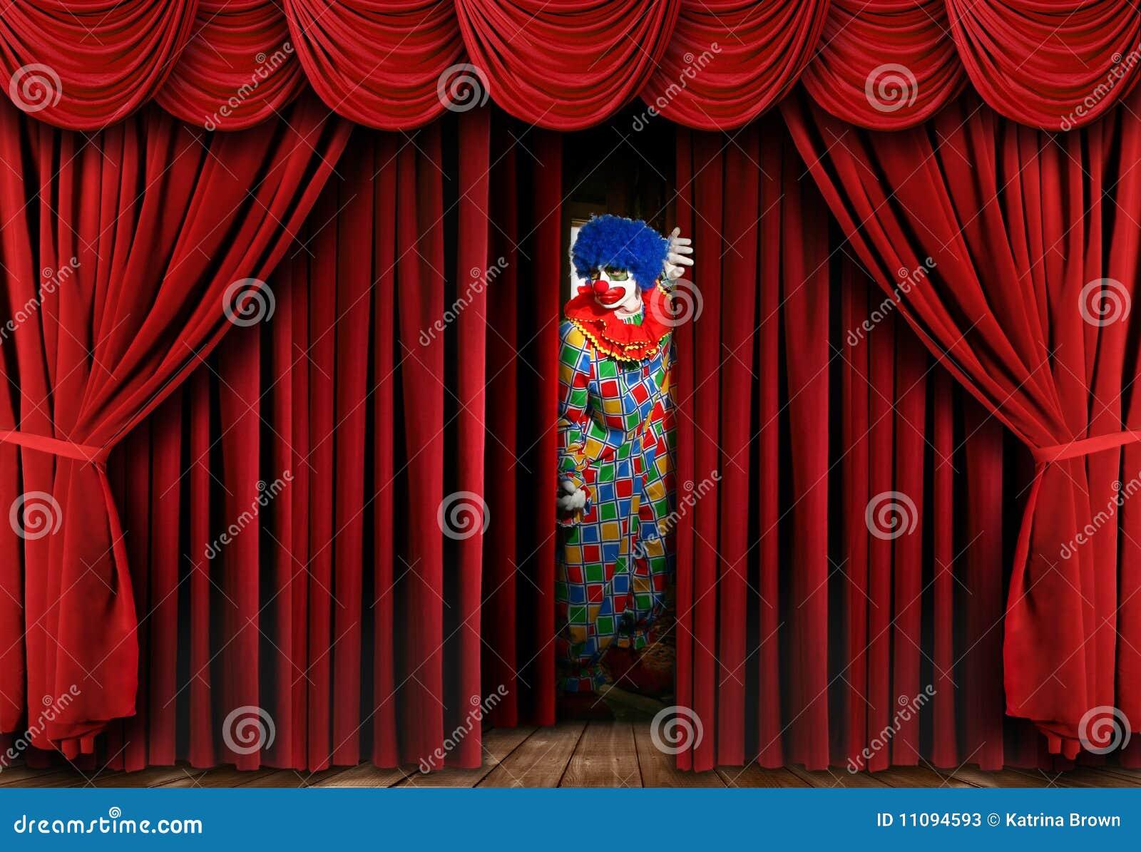 Griezelige Clown die door het Gordijn van het Gordijn van het Stadium kijkt