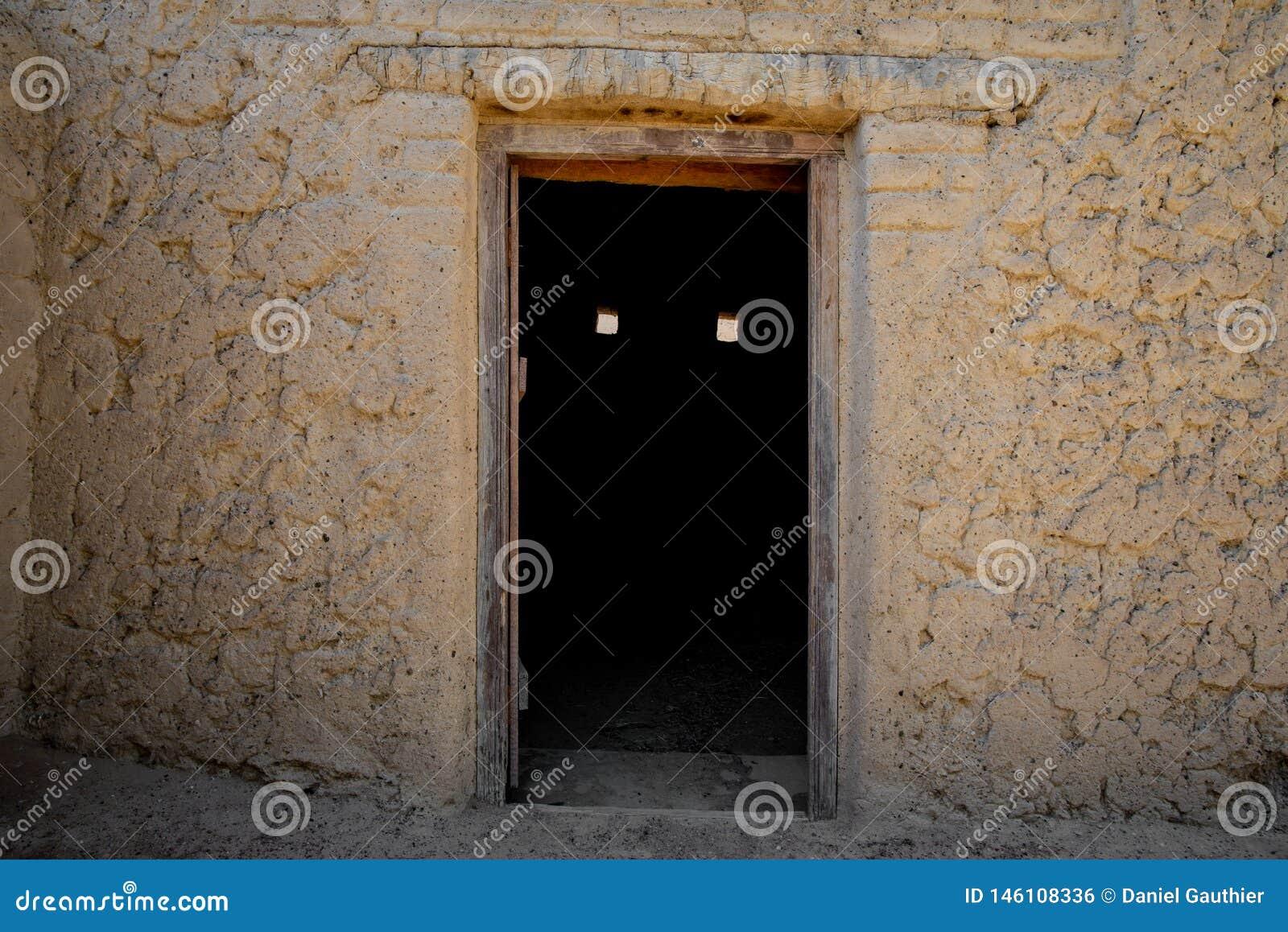 Griezelige deur in Al Qattara Oasis
