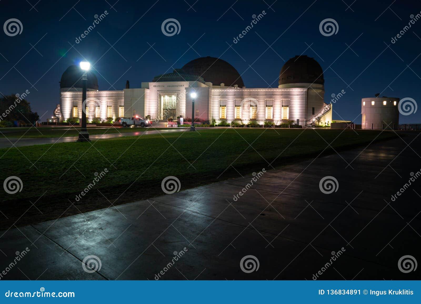 Griffith Observatory en la noche con millares de estrellas