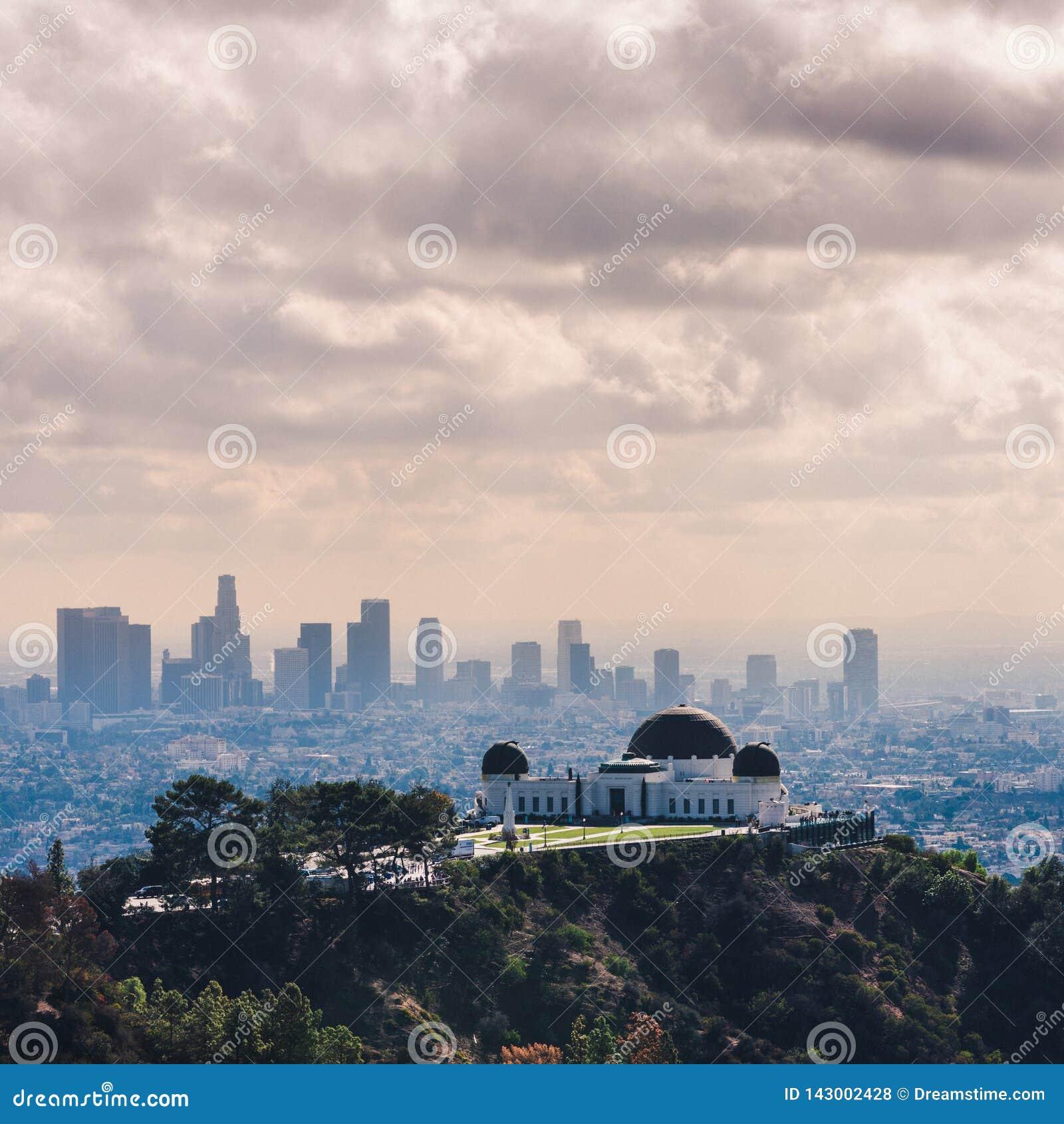 Griffith Observatory met Los Angeles Van de binnenstad in mening