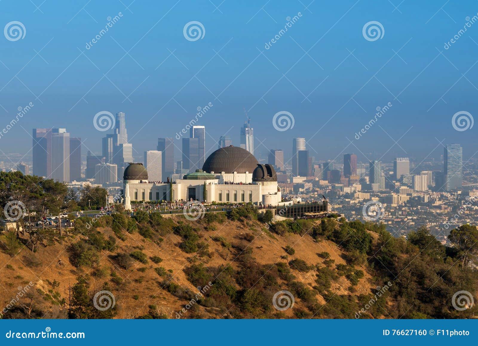 Griffith Observatory und im Stadtzentrum gelegenes Los Angeles in CA