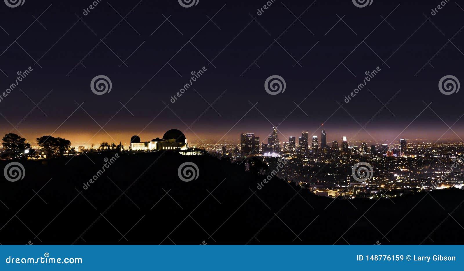 Griffith Park Observatory nachts mit Chef Angeles im Hintergrund