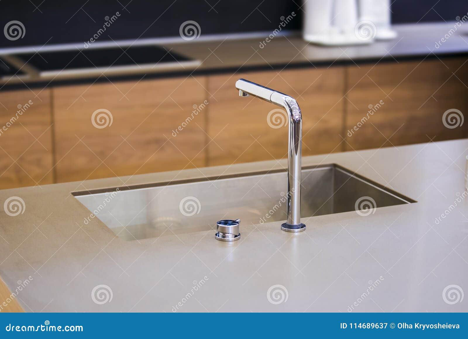 Grifo De Agua En La Cocina Moderna Encimera Concreta Y Cocina De ...