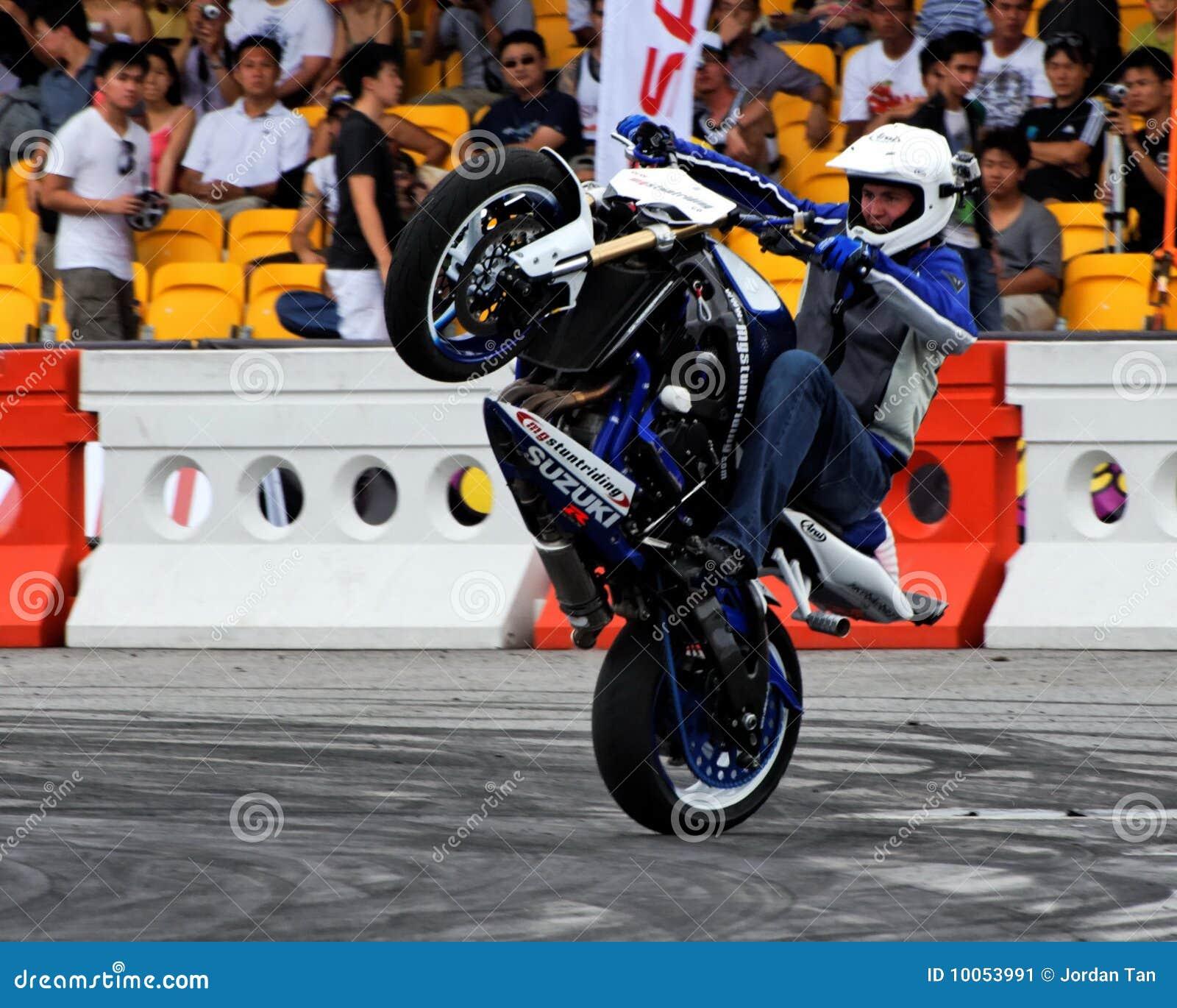 Grifo de Mattie que executa um wheelie com sua bicicleta