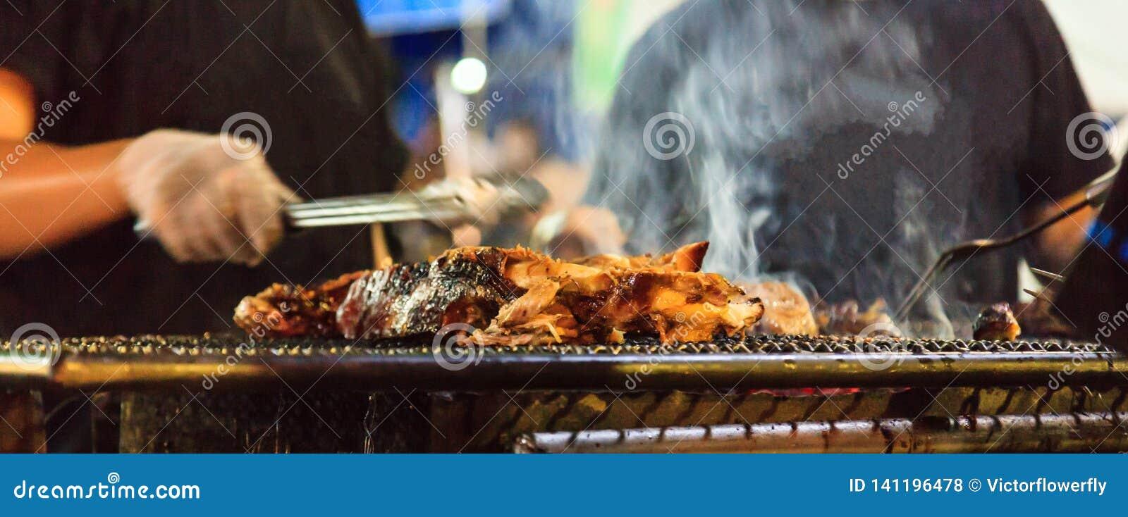 Griglia della via del barbecue tailandese tradizionale dell alimento, del manzo sul camino all aperto per la carne di torrefazion