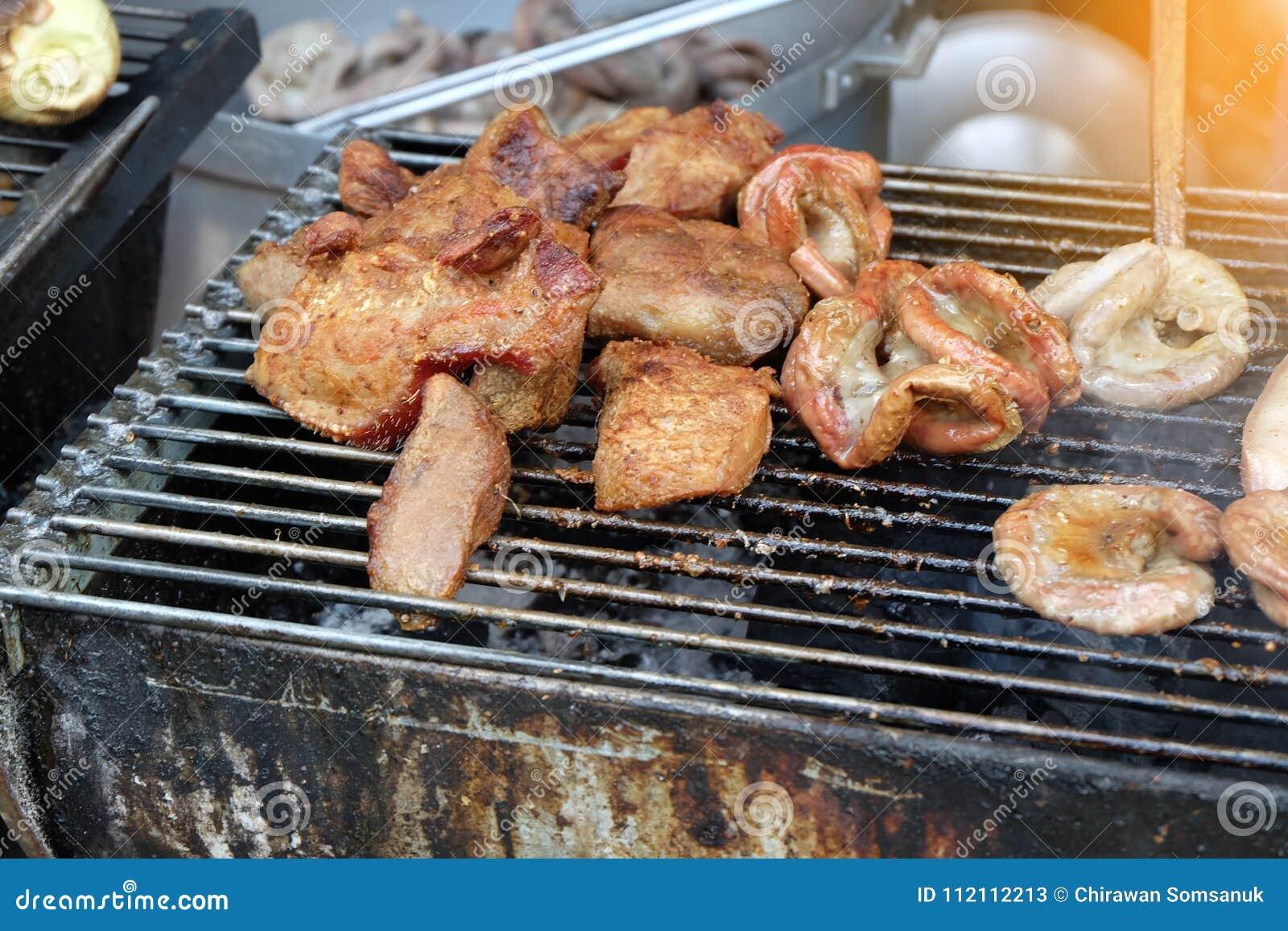 Griil de la carne en la comida de la calle