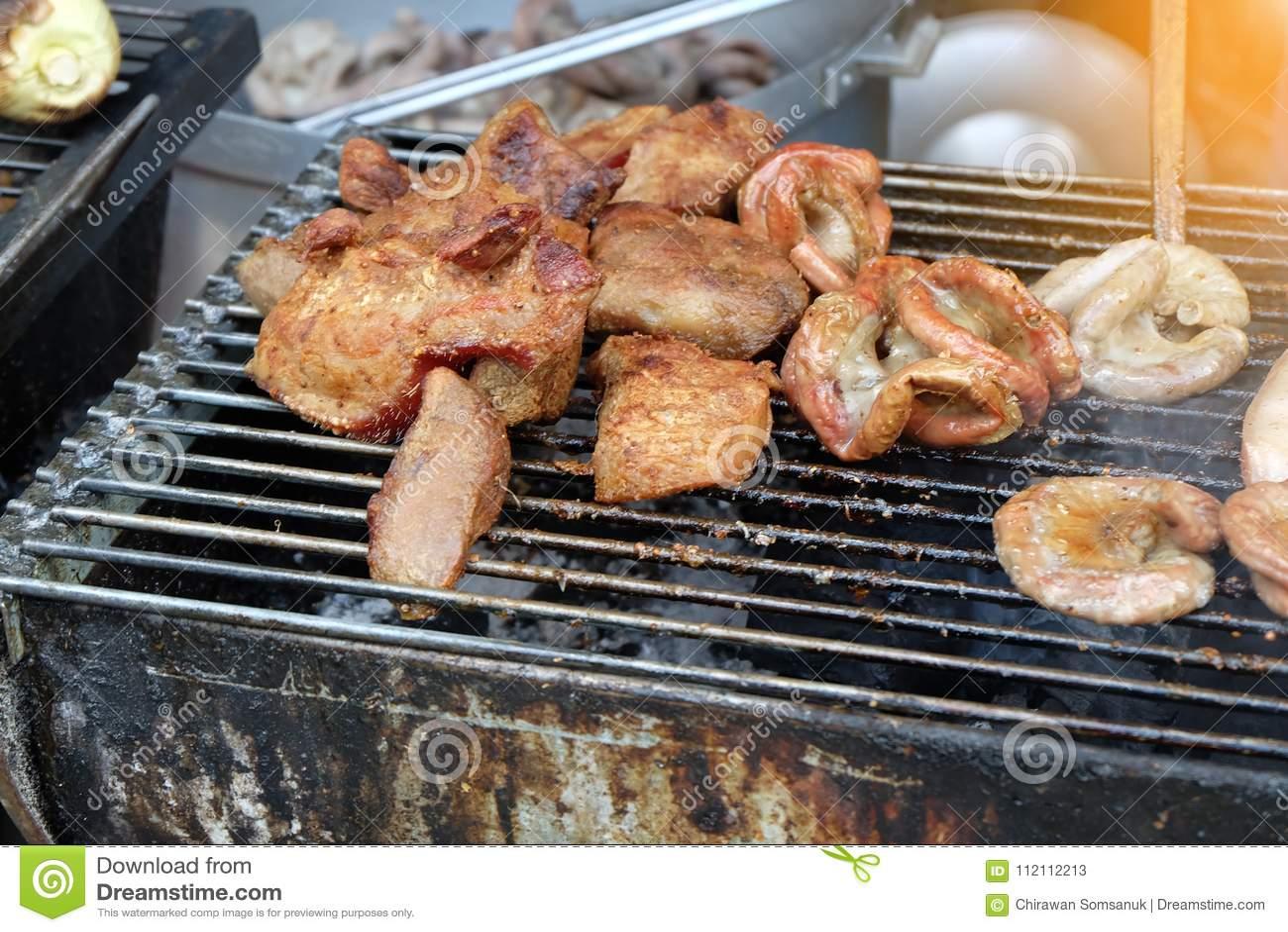 Griil della carne sull alimento della via