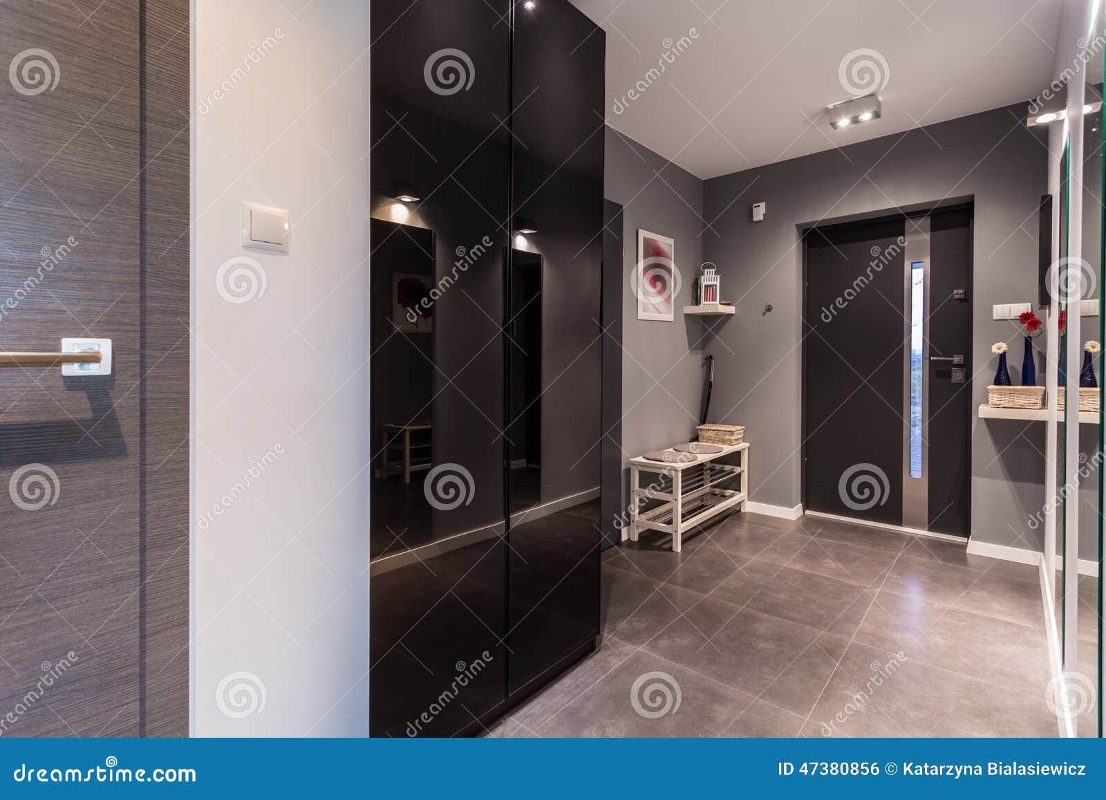 Grijs antichambre in eigentijdse woning stock foto afbeelding 47380856 - Eigentijdse badkamer grijs ...