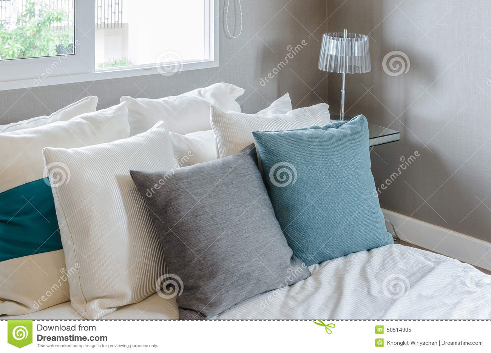 Slaapkamer Groen Wit : Grijs en groen hoofdkussen op wit bed in moderne slaapkamer stock