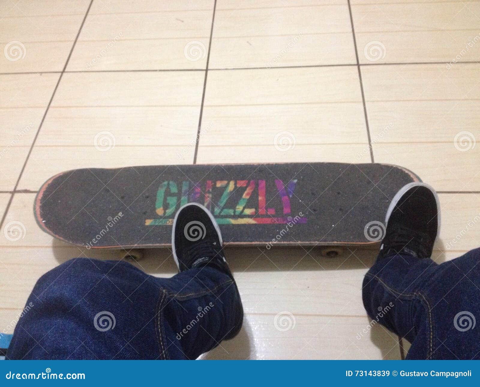 Grijs greepskateboard