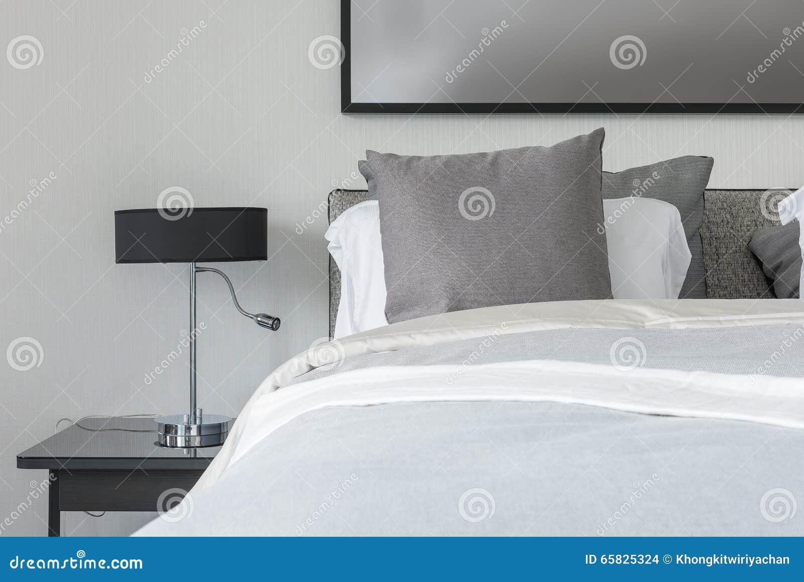 Moderne witte slaapkamer met wit bed en witte lamp stock foto ...