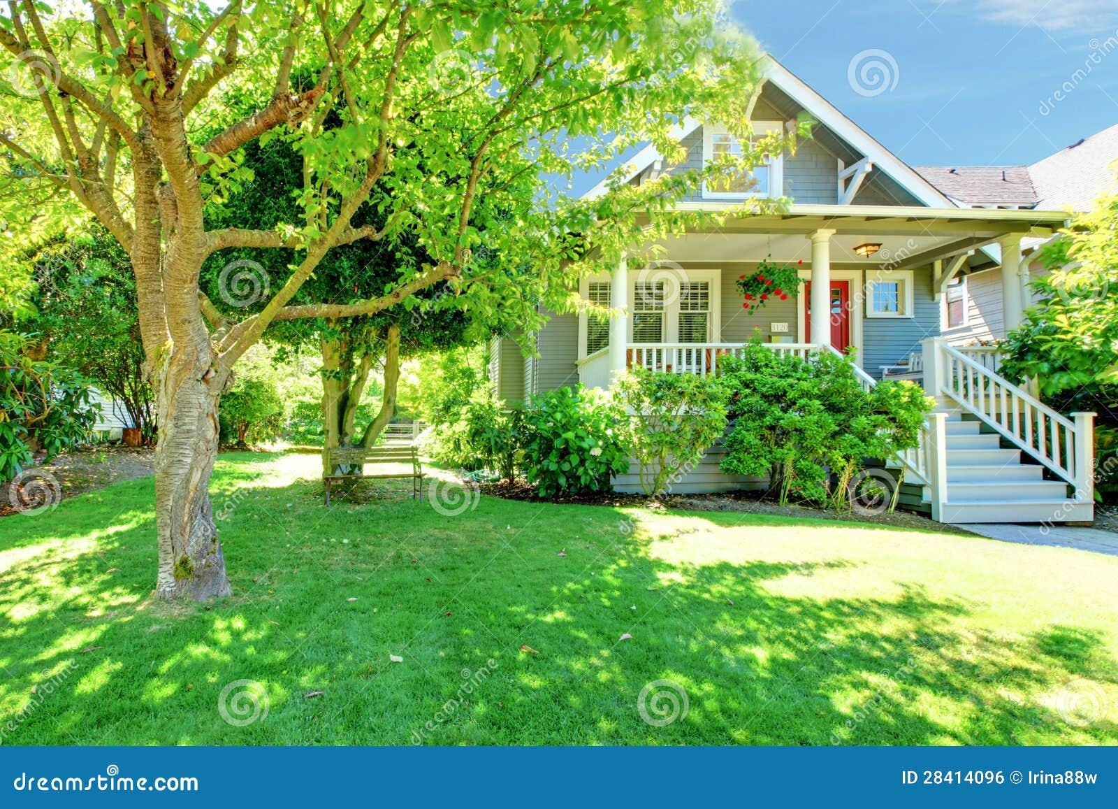 Grijs oud amerikaans huis met de zomerlandschap stock foto afbeelding 28414096 - Oud huis ...